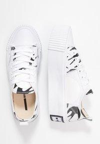 McQ Alexander McQueen - PLIMSOLL PLATFORM - Tenisky - white/black - 3