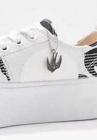 McQ Alexander McQueen - PLIMSOLL PLATFORM - Tenisky - white/black - 7