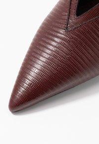 McQ Alexander McQueen - SPYKE - Pantofle na podpatku - bordeaux - 2
