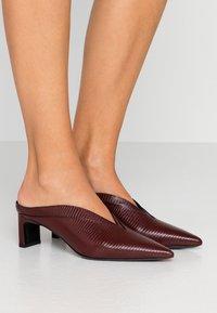 McQ Alexander McQueen - SPYKE - Pantofle na podpatku - bordeaux - 0