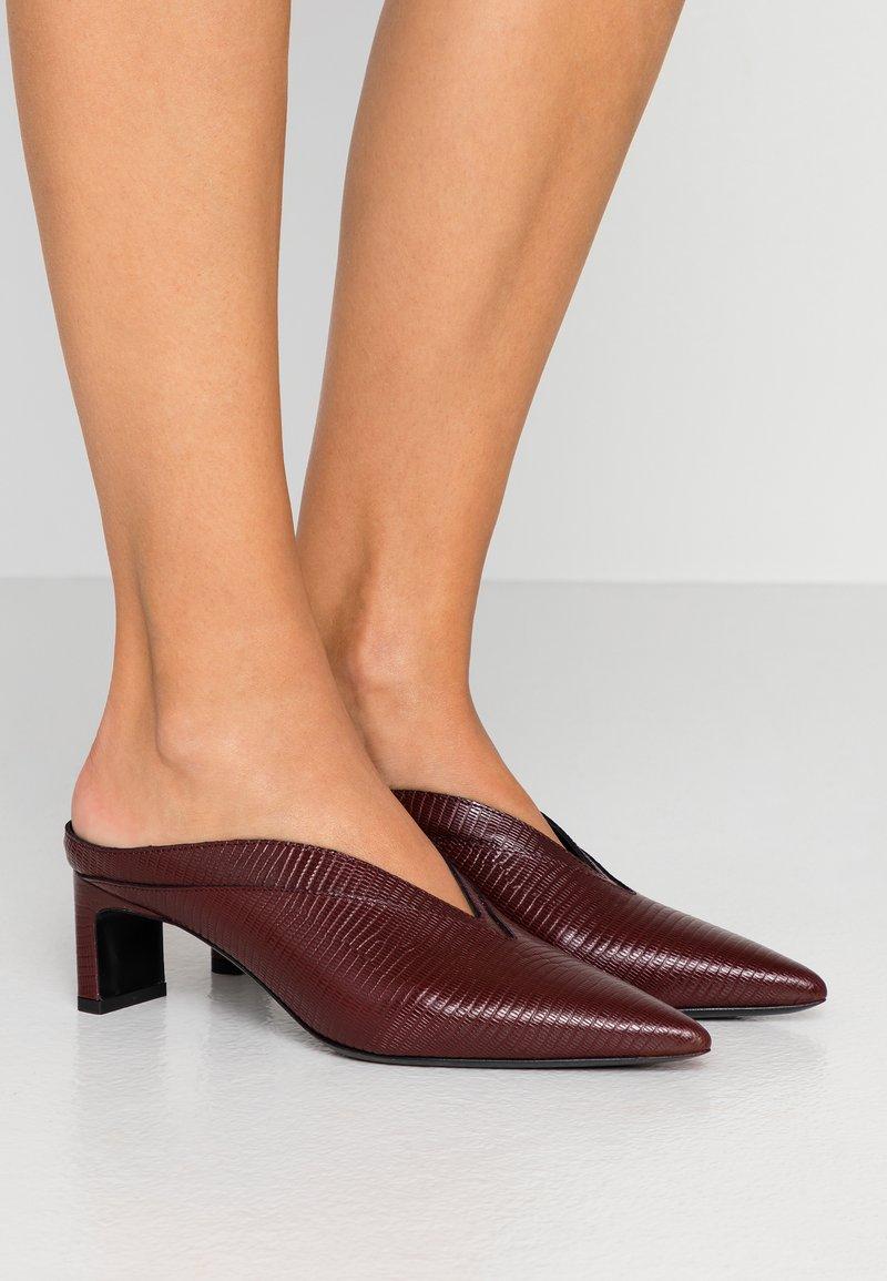 McQ Alexander McQueen - SPYKE - Pantofle na podpatku - bordeaux