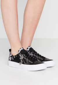 McQ Alexander McQueen - SWALLOW PLIMSOLL  - Tenisky - black/optic white - 0