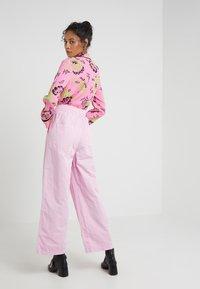 McQ Alexander McQueen - MIAMI FIELD PANTS - Broek - miami pink - 2