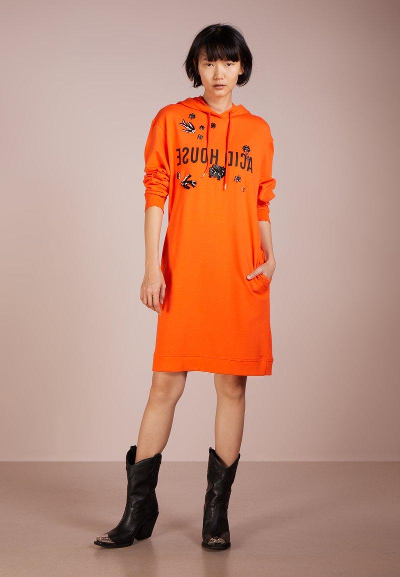 McQ Alexander McQueen - BOYFRND HOODIE DRESS - Vestito estivo - acid orange