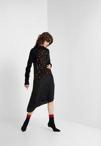 McQ Alexander McQueen - HYBRID DRESS - Sukienka dzianinowa - darkest black - 1