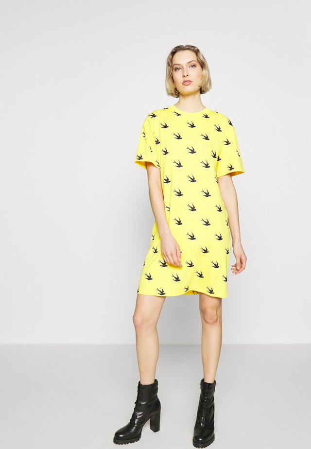 BEAU SHIRT DRESS - Jerseykjoler - yellow inferno