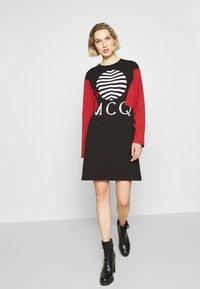 McQ Alexander McQueen - SHIZOKU - Korte jurk - darkest black/rust - 1