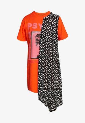 HYBRID TEE DRESS - Jerseyklänning - orange/voltage