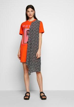 HYBRID TEE DRESS - Žerzejové šaty - orange/voltage