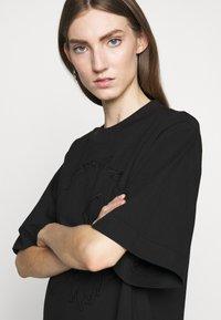 McQ Alexander McQueen - BOTAN DRESS - Žerzejové šaty - darkest black - 3