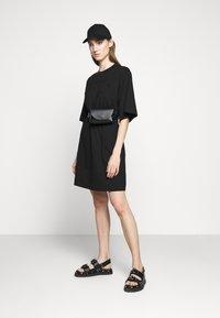 McQ Alexander McQueen - BOTAN DRESS - Žerzejové šaty - darkest black - 1