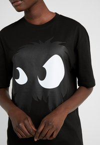 McQ Alexander McQueen - BOYFRIEND TEE - T-shirt z nadrukiem - darkest black - 4