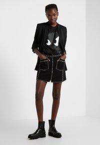 McQ Alexander McQueen - BOYFRIEND TEE - T-shirt z nadrukiem - darkest black - 1