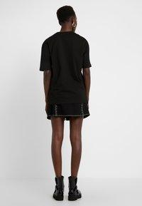 McQ Alexander McQueen - BOYFRIEND TEE - T-shirt z nadrukiem - darkest black - 2