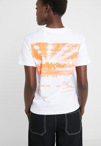 McQ Alexander McQueen - BAND TEE - Printtipaita - optic white - 5