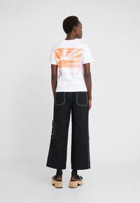 McQ Alexander McQueen - BAND TEE - Printtipaita - optic white - 2