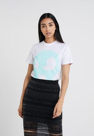 BAND TEE - T-shirt z nadrukiem - white/aqua