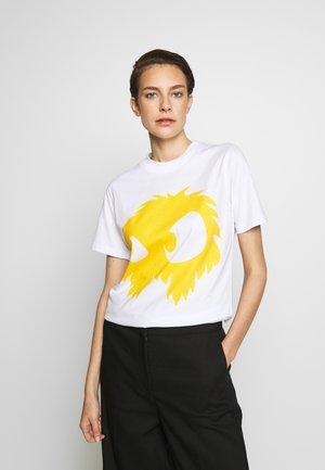 BAND TEE - T-shirt z nadrukiem - white/yellow