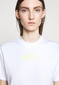 McQ Alexander McQueen - BAND TEE - Triko spotiskem - optic white - 5