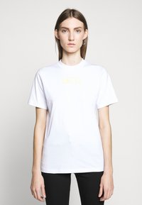 McQ Alexander McQueen - BAND TEE - Triko spotiskem - optic white - 0