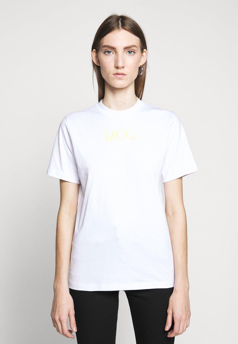 McQ Alexander McQueen - BAND TEE - Triko spotiskem - optic white