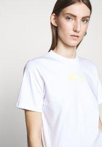 McQ Alexander McQueen - BAND TEE - Triko spotiskem - optic white - 3