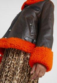 McQ Alexander McQueen - CROPPED FLIGHT  - Leren jas - orange/black - 6