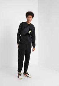 McQ Alexander McQueen - DART  - Jogginghose - darkest black - 1