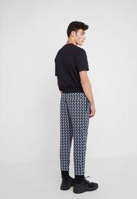 McQ Alexander McQueen - Pantalon de survêtement - darkest black - 2