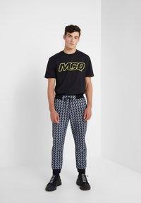 McQ Alexander McQueen - Pantalon de survêtement - darkest black - 1