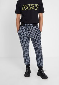 McQ Alexander McQueen - Pantalon de survêtement - darkest black - 0