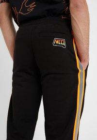 McQ Alexander McQueen - DART  - Jogginghose - darkest black - 5
