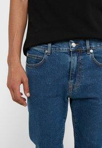 McQ Alexander McQueen - MISMATCHED STRUMMER - Jeans slim fit - indaco - 3
