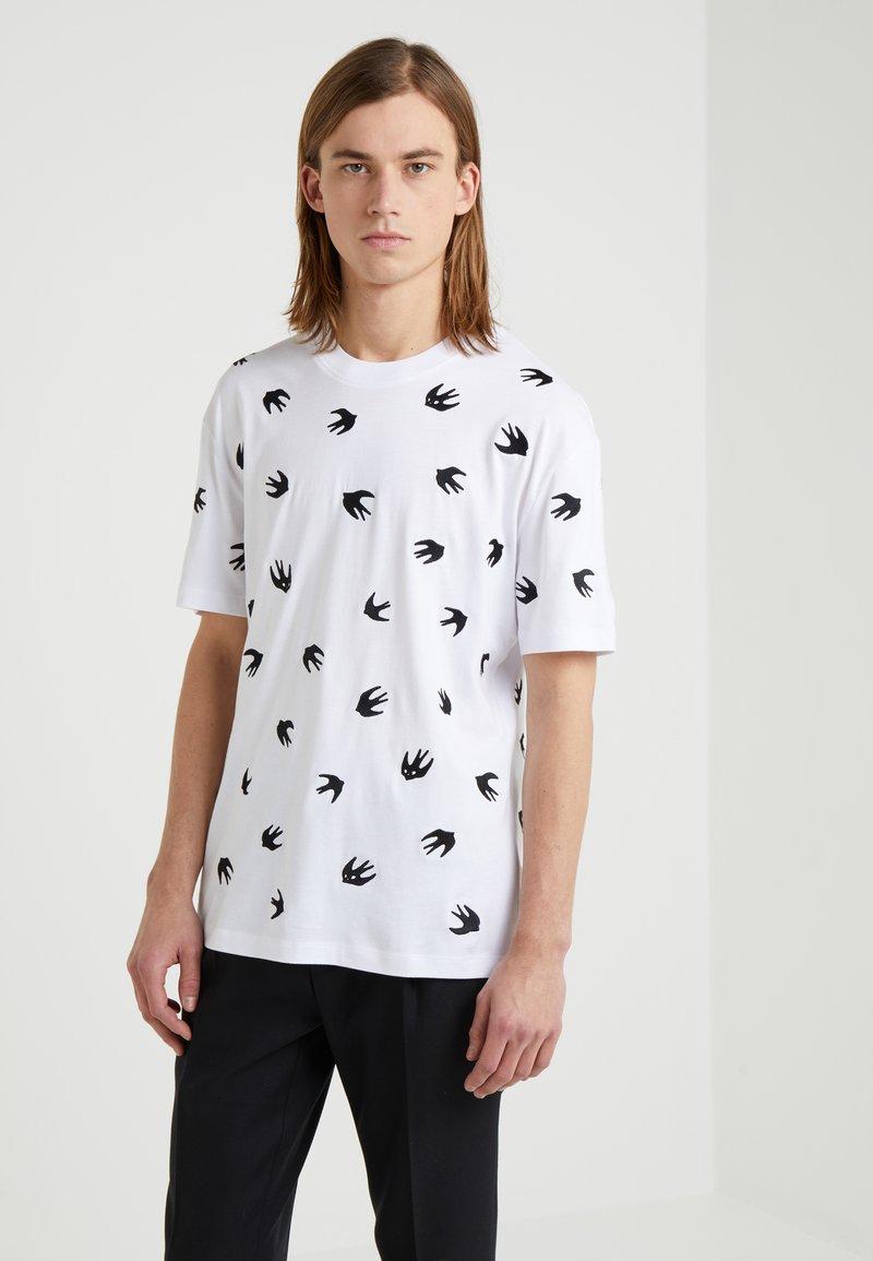 McQ Alexander McQueen - DROPPED SHOULDER TEE - Print T-shirt - optic white