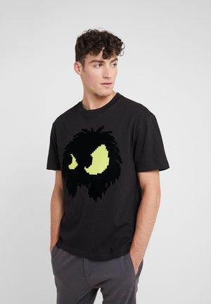 DROPPED SHOULDER TEE - T-shirt print - black/yellow