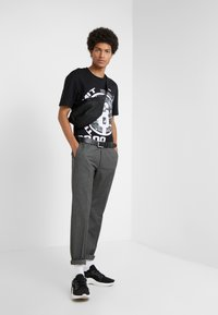 McQ Alexander McQueen - DROPPED SHOULDER TEE - T-shirt med print - darkest black - 1