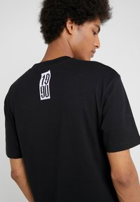 McQ Alexander McQueen - DROPPED SHOULDER TEE - T-shirt med print - darkest black - 4