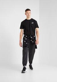 McQ Alexander McQueen - DROPPED SHOULDER TEE - T-shirt basic - black - 1