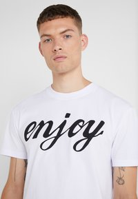 McQ Alexander McQueen - DROPPED SHOULDER TEE - T-shirt con stampa - white - 5