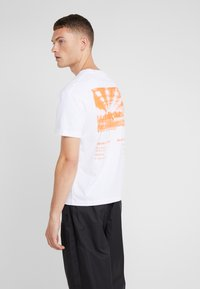McQ Alexander McQueen - DROPPED SHOULDER TEE - T-shirt con stampa - white - 2