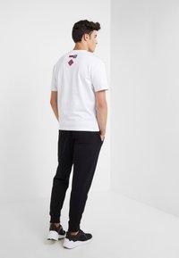 McQ Alexander McQueen - DROPPED SHOULDER TEE - T-shirt print - optic white - 2