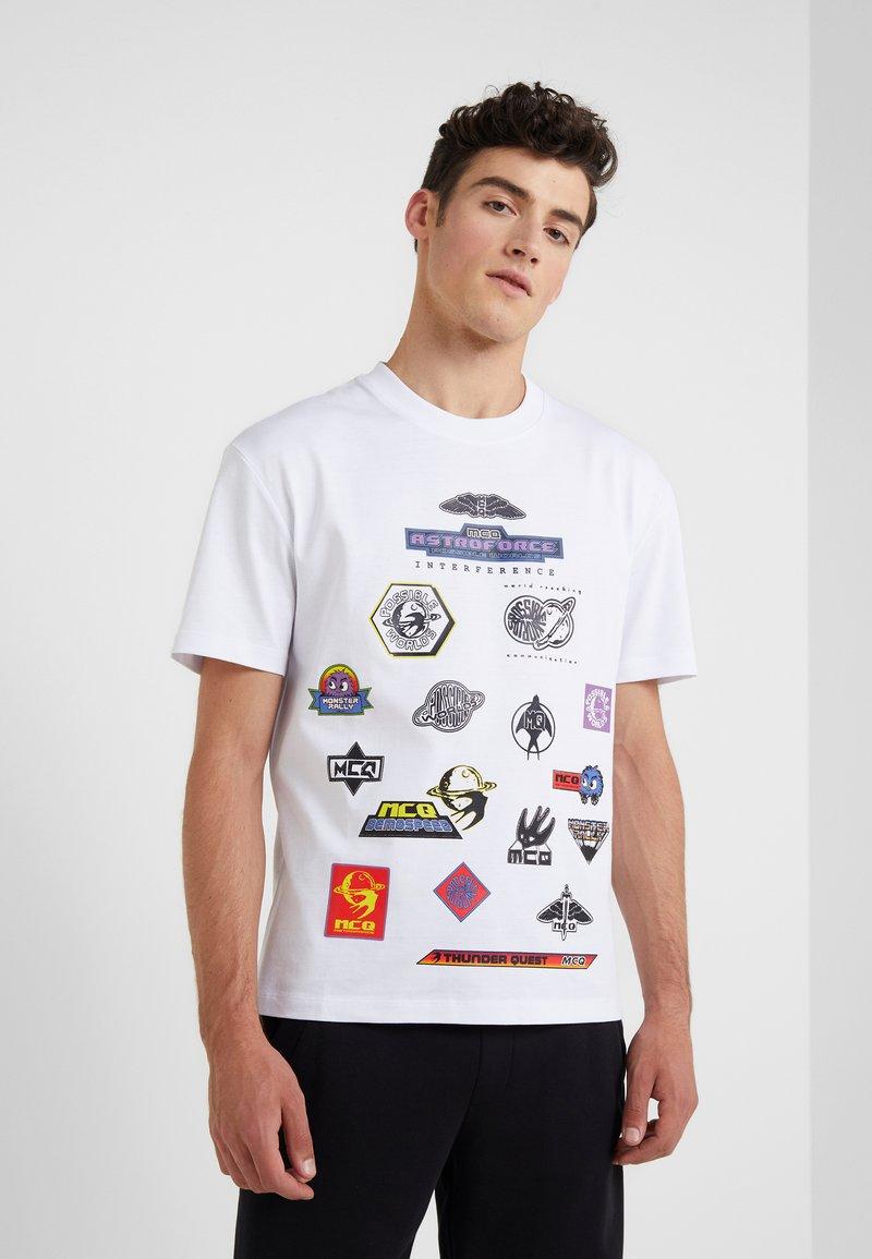 McQ Alexander McQueen - DROPPED SHOULDER TEE - T-shirt print - optic white