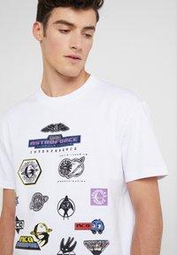 McQ Alexander McQueen - DROPPED SHOULDER TEE - T-shirt print - optic white - 5