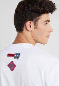 McQ Alexander McQueen - DROPPED SHOULDER TEE - T-shirt print - optic white - 3