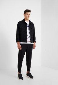McQ Alexander McQueen - DROPPED SHOULDER TEE - T-shirt print - optic white - 1