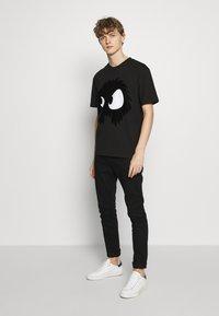 McQ Alexander McQueen - MONSTER DROPPED SHOULDER - T-Shirt print - black - 1