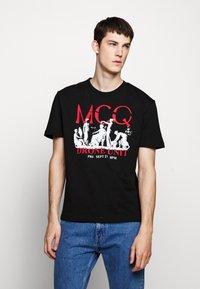 McQ Alexander McQueen - DROPPED SHOULDER  - Triko spotiskem - darkest black - 0