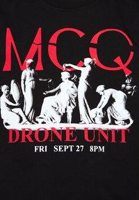 McQ Alexander McQueen - DROPPED SHOULDER  - Triko spotiskem - darkest black - 5