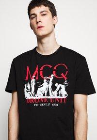 McQ Alexander McQueen - DROPPED SHOULDER  - Triko spotiskem - darkest black - 3
