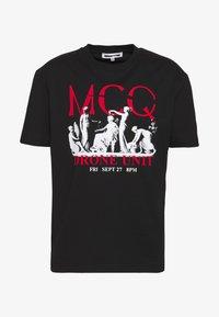 McQ Alexander McQueen - DROPPED SHOULDER  - Triko spotiskem - darkest black - 4